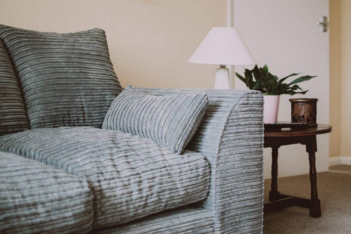 graues Sofa mit Sofatisch